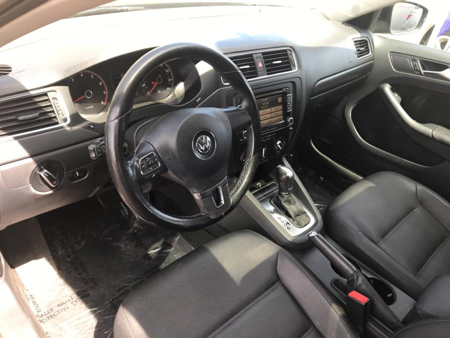 2011 Volkswagen Jetta Sedan 4dr Auto SE w/Convenience & Sunroof PZEV, available for sale in Manchester, Connecticut | Carsonmain LLC. Manchester, Connecticut