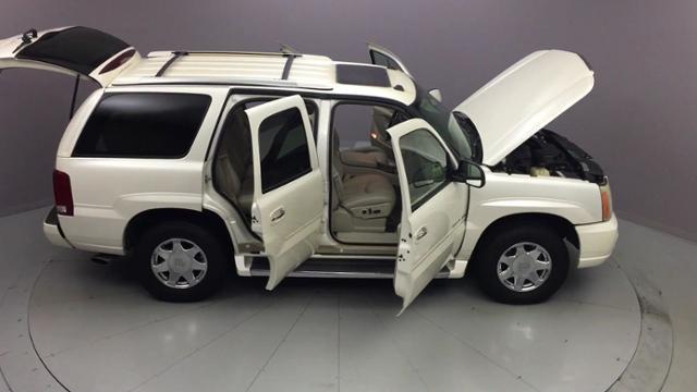 Used Cadillac Escalade 4dr AWD 2004 | J&M Automotive Sls&Svc LLC. Naugatuck, Connecticut