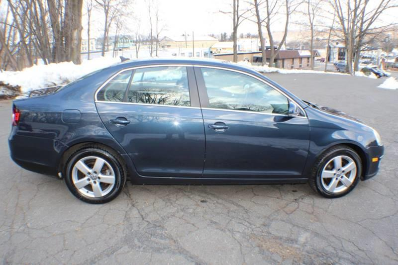 2009 Volkswagen Jetta SE PZEV 4dr Sedan 5M, available for sale in Waterbury, Connecticut | Sphinx Motorcars. Waterbury, Connecticut