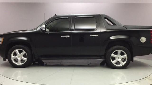 2009 Chevrolet Avalanche 4WD Crew Cab 130 LT w/1LT, available for sale in Naugatuck, Connecticut | J&M Automotive Sls&Svc LLC. Naugatuck, Connecticut