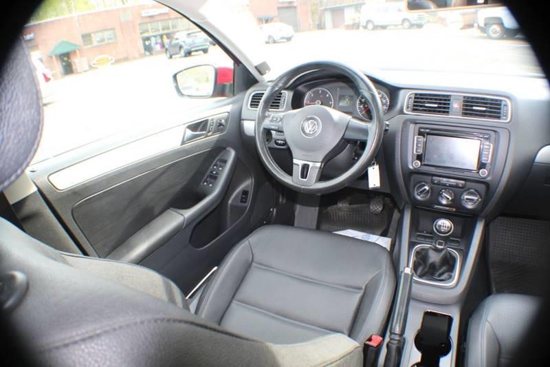 2012 Volkswagen Jetta TDI 4dr Sedan 6M, available for sale in Waterbury, Connecticut | Sphinx Motorcars. Waterbury, Connecticut