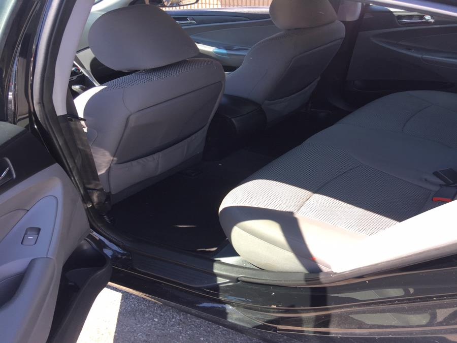 2013 Hyundai Sonata 4dr Sdn 2.4L Auto SE, available for sale in Stratford, Connecticut | Mike's Motors LLC. Stratford, Connecticut