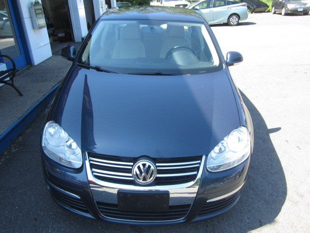 2010 Volkswagen Jetta Sedan 4dr Auto Limited PZEV, available for sale in Meriden, Connecticut | Cos Central Auto. Meriden, Connecticut